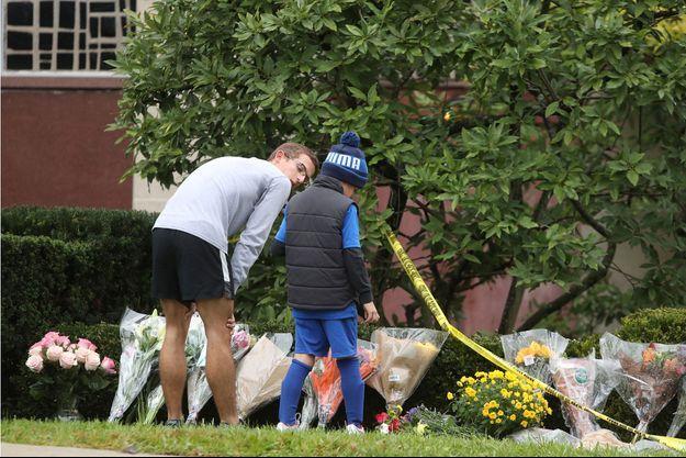 Les hommages devant la synagogue touchée par la tragédie.