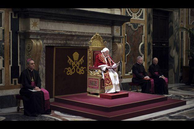 Benoit XVI ce jeudi devant ses cardinaux.