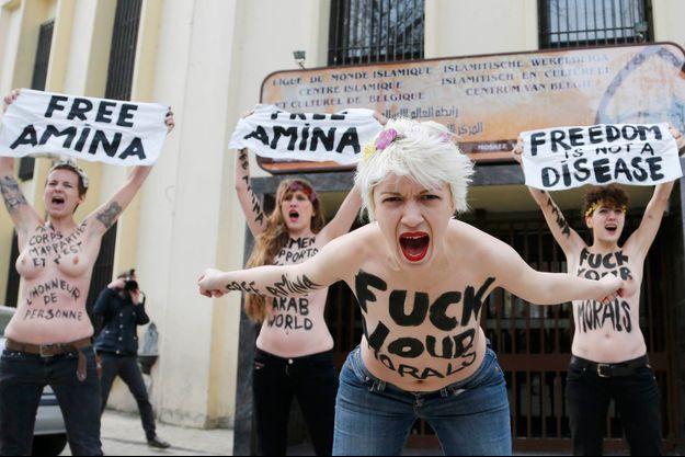 Le 4 avril, une manifestation des Femen de soutien à Amina devant l'ambassade de Tunisie à Bruxelles.