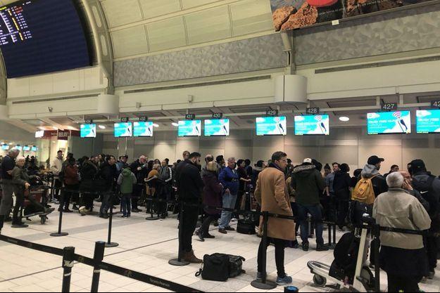 Des voyageurs bloqués à l'aéroport de Toronto.