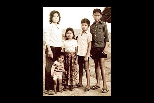 1982, un camp près de la frontière entre le Cambodge et la Thaïlande. Navy, à côté de sa mère, et ses frères. Devant, sa petite sœur née dix jours avant le bombardement de janvier 1979