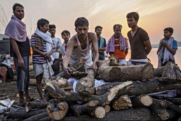 Une cérémonie de création va commencer sur les bords du Gange, à Vanarasi, orchestrée par un membre des doms.