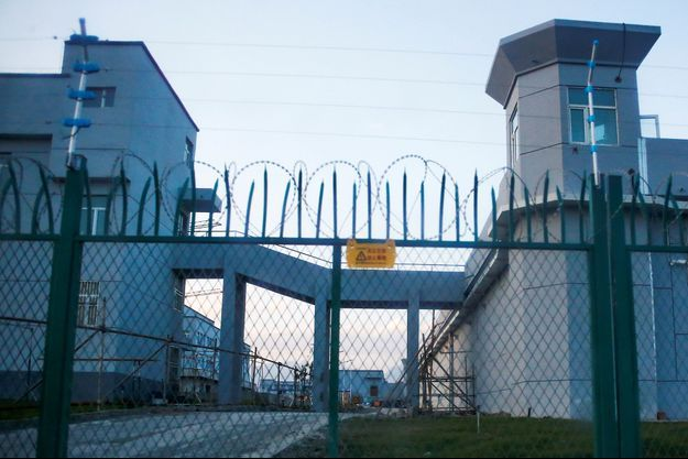 """L'entrée d'un """"centre de formation professionnelle"""" à Dabancheng, dans le Xinjiang."""