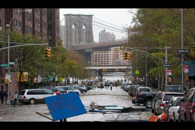 Une rue du Lower East Side à Manhattan, sous l'eau.