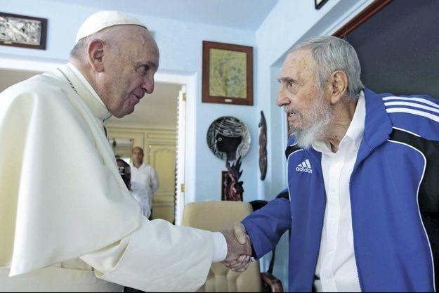 Poignée de main du pape François et de Fidel Castro, dans la résidence de Punto Cero à La Havane, le 20 septembre.