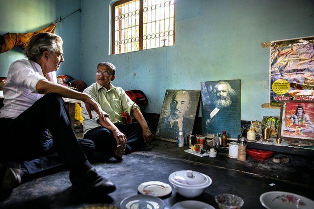 Dans la chambre d'Akim Mukherjee, l'ami maoïste qui l'hébergea en 1971, Vishnu fait toujours bon ménage avec les portraits de Lénine et de Karl Marx.
