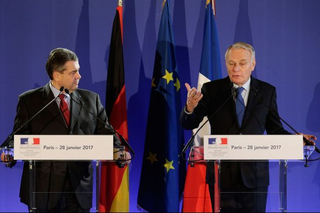 Jean-Marc Ayrault et Sigmar Gabriel en conférence de presse à Paris.