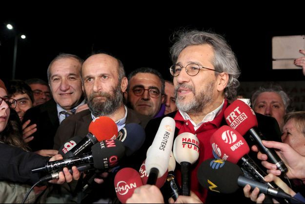 Erdem Gül et Can Dündar, à leur sortie de prison vendredi.