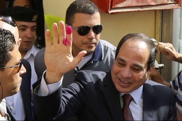 Le maréchal Sissi après avoir voté lundi au Caire.