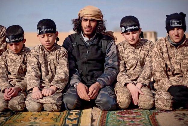 Image extraite d'une vidéo de propagande tournée à l'institut Al-Farouk, à Raqqa, pendant l'entraînement