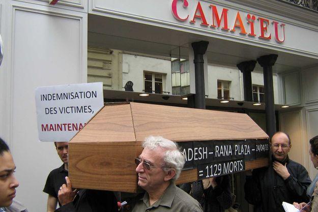 Le cercueil symbolisant les victimes du Rana Plaza, lors du happening organisé mardi devant le magasin Camaïeu de Saint-Lazare, à Paris.
