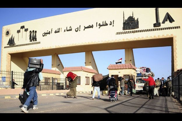 La frontière entre l'Egypte et la Libye, vue du côté libyen, mardi.