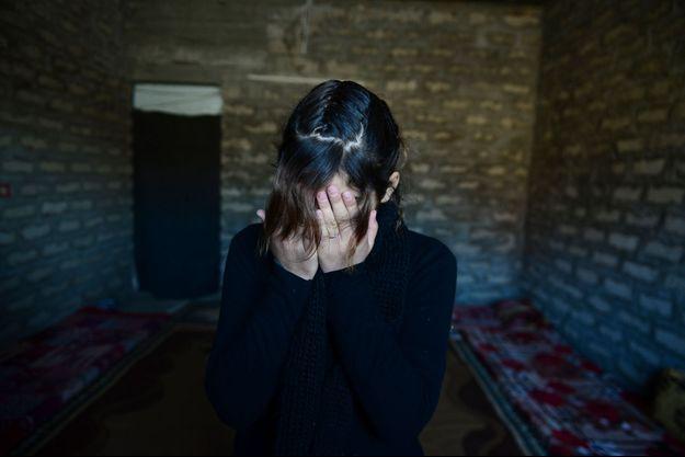 Des trois soeurs, Awrudin, 14 ans, Zina, 18 ans, et Yassémine, 22 ans, seule l'aînée a accepté de mettre des mots sur l'horreur. Awrudin, la benjamine, a pu elle aussi échapper à la surveillance des hommes de l'Etat islamique. Sous le choc, elle préfère garder le silence.