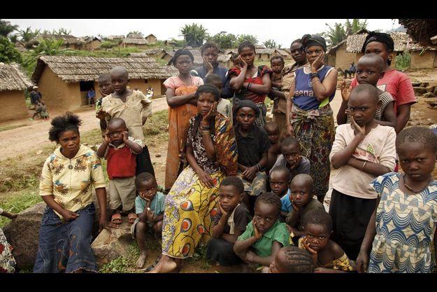 Gisèle, 20 ans. Vendredi 3 septembre 2010, vêtue d'un pagne jaune, assise, elle pose une main sur sa joue en signe de tristesse, comme tous autour d'elle. Violée une première fois dans son village d'origine, Gisèle venait de se réfugier à Luvungi quand d'autres barbares ont abusé d'elle.