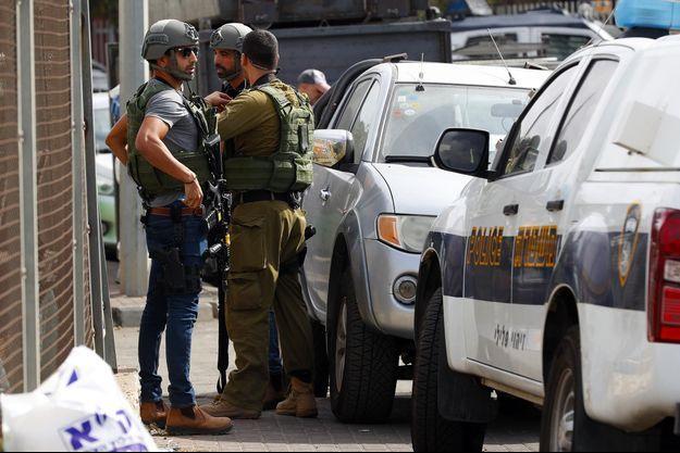 Des officiers israéliens à Barkan, sur les lieux de l'attaque, en octobre 2018.