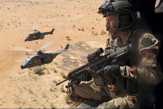 """Trois hélicoptères de l'armée de terre en vol, fin novembre. Au premier plan, un Imex, commando spécialisé dans l""""immédiate extraction"""" des pilotes abattus."""