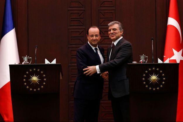 François Hollande serre la main de son homologue turc Abdullah Gül.