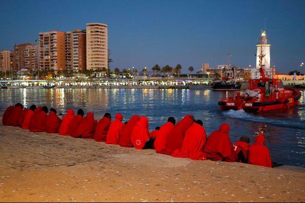 A Malaga, en Espagne, des migrants se reposent après avoir débarqué d'un bateau des secours, en décembre 2017.