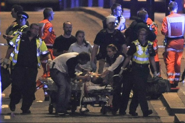 La police et les secouristes sur les lieux de l'attaque, samedi 3 juin 2017 à Londres.