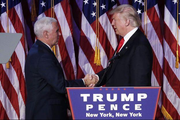Donald Trump salue le vice-président élu Mike Pence, mercredi, à New York.