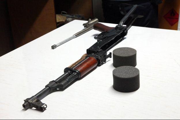 Quatre Kalachnikov – deux fusils d'assaut AK 47 de fabrication chinoise et deux fusils d'assaut de type Zastava M70 de fabrication yougoslave – auraient été commandées par Internet à un marchand d'armes en Allemagne (photo d'illustration).