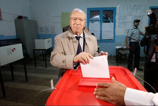 Le chef de file de Nidaa Tounes, Béji Caïd Essebsi, au bureau de vote dimanche à Tunis