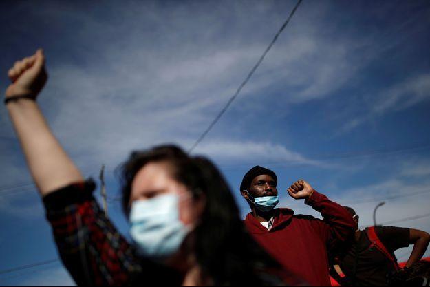 Des manifestants portent des masques de protection devant le commissariat n°3 de Minneapolis, jeudi dernier.