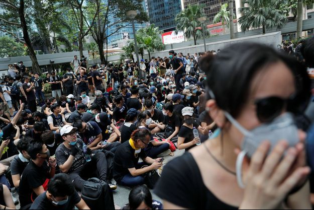 Des centaines de manifestants vêtus de noir ont convergé sur le centre du pouvoir local de Hong Kong vendredi pour exiger la démission de la cheffe du gouvernement.