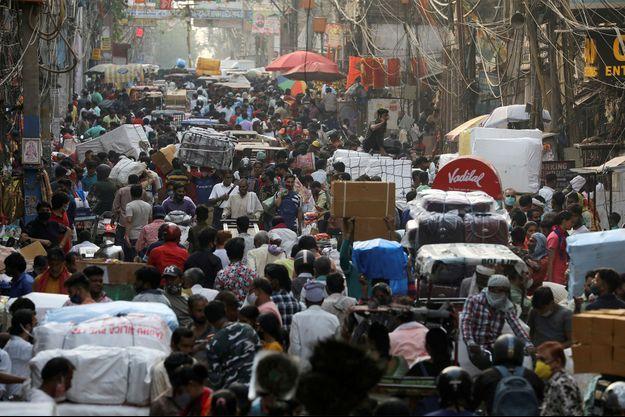 Une rue bondée de New Delhi, en Inde. Image d'illustration.