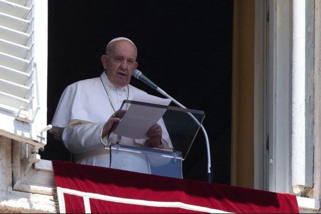Le pape François prononce la prière sur la place Saint-Pierre au Vatican le 26 juillet 2020