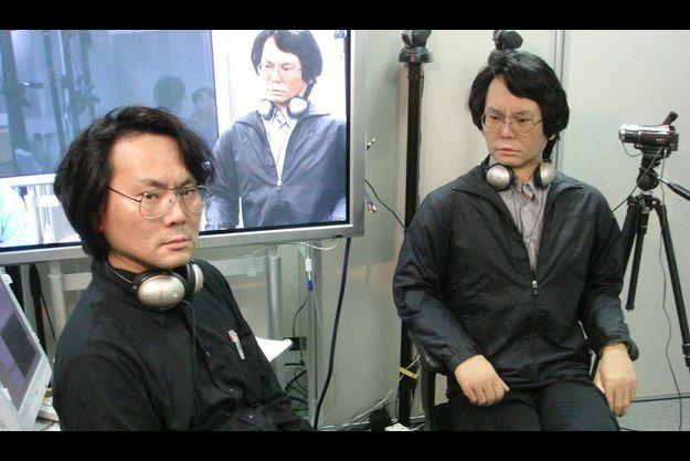 Ce chercheur japonais a construit son robot jumeau Le Pr Hiroshi Ishiguro (à g.) et son double, Geminoid, le seul robot dont le visage est capable de changer d'expression.