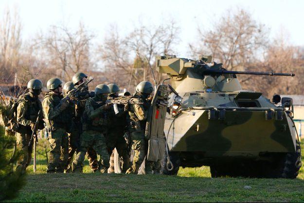 Les forces russes lors de l'assaut de la base aérienne de Belbek en Crimée, samedi.