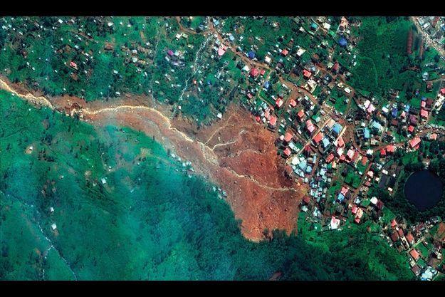 A Regent, dans la banlieue de Freetown, un pan de la montagne Sugar Loaf s'est détaché, provoquant une coulée de boue.