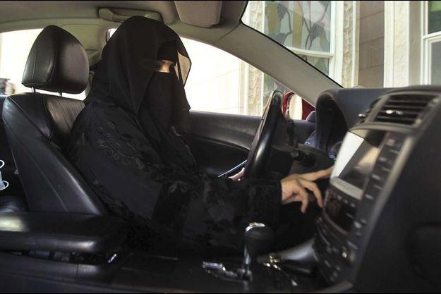 Une femme en train de conduire en Arabie saoudite, seul pays au monde où elles n'en ont pas le droit.