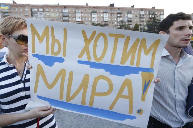 """""""Nous voulons la paix"""", assuraient ces pro-Kiev lors d'une manifestation à Marioupol jeudi."""