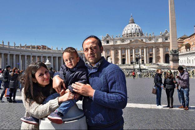 Nour et Hasan, 31 ans, avec leur fils Riad, 2 ans, sur la place Saint-Pierre de Rome, lundi 25 avril.