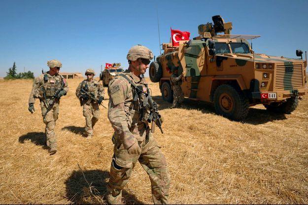Des soldats turcs et américains lors d'une patrouille à Tel Abyad, dans le nord de la Syrie, en septembre 2019.