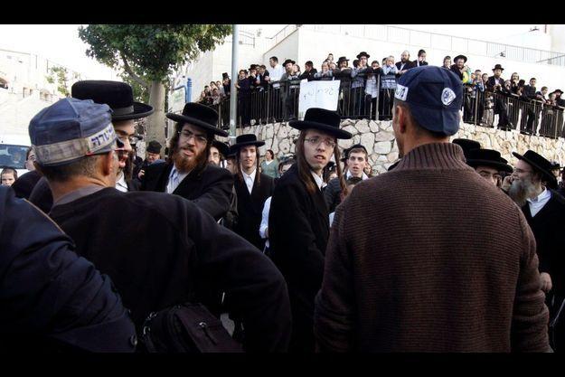 Affrontements entre ultra-orthodoxes et policiers à Beth Semesh, à une trentaine de kilomètres de Jérusalem.
