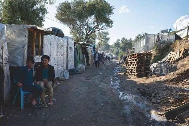 Camp de Moria. La rue commerçante... On y trouve de quoi survvire. S'y organise l'économie interne du camp, sans eau courante ni électricité.