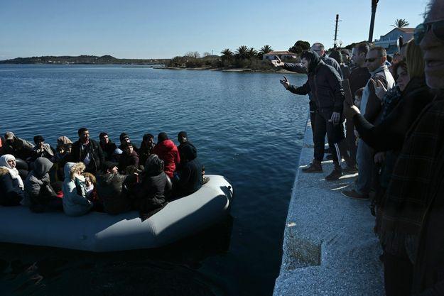 1 er mars. En provenance de Turquie, à bord d'un bateau pneumatique, un groupe de migrants empêchés de débarquer par des habitants de Lesbos.