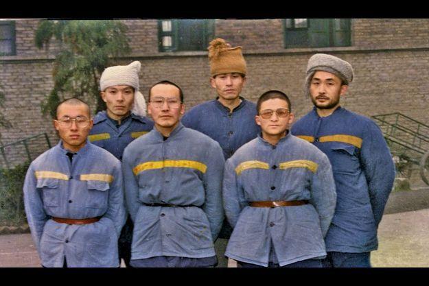 Groupe des prisonniers politiques du 4 juin dans la prison n° 3 du Sichuan. Liao est en ht à dr., Li Bifeng au milieu devant. En bas, Axia, son ex-épouse, dont il a eu une fille, Miao Miao, 22 ans.