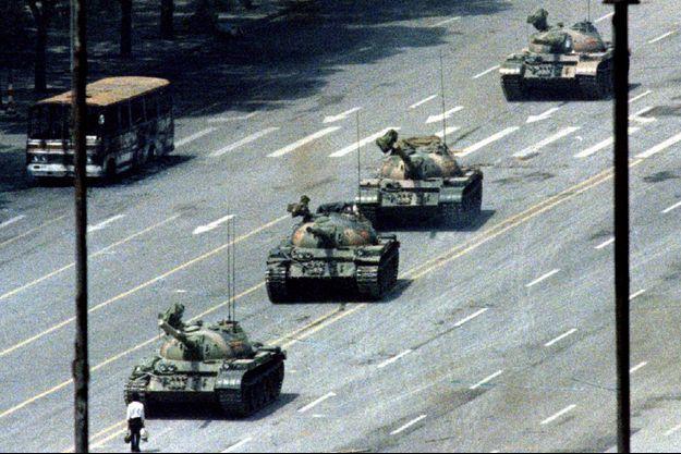 5 juin 1989. Cette image a fait le tour du monde : un homme seul, debout arrêtant une colonne de chars venus écraser la manifestation étudiante.