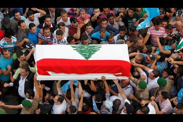 Des membres des services de sécurité portent le cercueil de Wissam Al-Hassan lors de ses funérailles, le 21 octobre dernier.