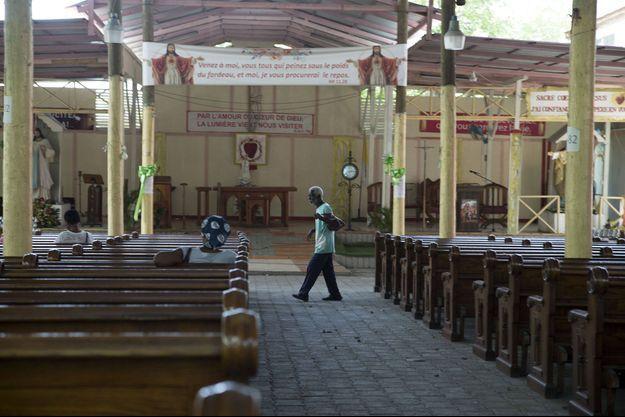 Un homme âgé entre dans l'église catholique du Sacré-Cœur de Turgeau à Port-au-Prince, Haïti, le mercredi 21 avril 2021. Les institutions catholiques, y compris les écoles et les universités, ont fermé mercredi à travers Haïti dans le cadre d'une manifestation de trois jours pour exiger la libération sur neuf personnes, dont cinq prêtres et deux religieuses, kidnappées il y a plus d'une semaine au milieu d'une flambée de violence que le gouvernement peine à contrôler.