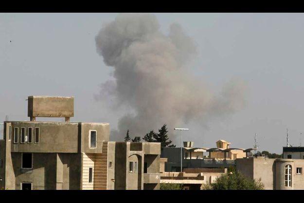 Une colonne de fumée cet après-midi sur Tripoli