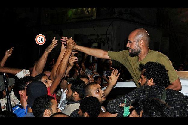 Saïf al Islam, acclamé par des partisans de Kadhafi, dans la nuit de lundi à mardi.