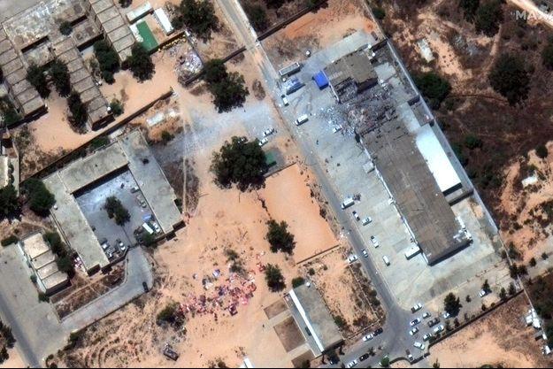 Image aérienne du camp de migrants bombardée à Tripoli, en Libye.