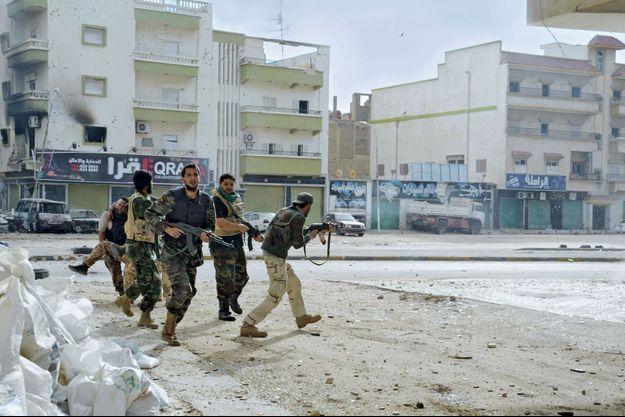 Dans ce secteur de Benghazi proche de l'aéroport, les combats ont fait plus de 120 morts ces derniers jours, entre les hommes de l'ancienne armée nationale et les djihadistes.