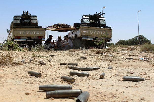 Les forces progouvernementales combattent l'EI à Syrte, en Libye.
