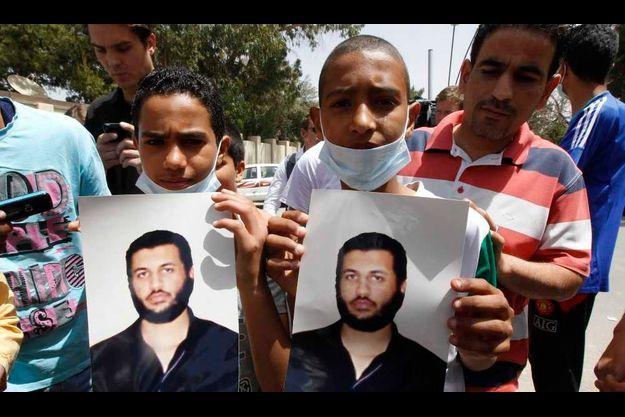 De jeunes Libyens brandissant le portrait de Saïf al-Arab à ses présumées funérailles.